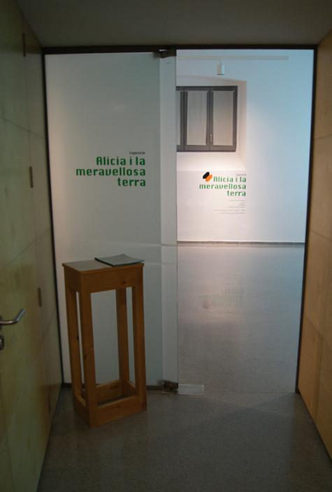 """Alícia i la meravellosa terra"" Montse Capel (Moon) y La Wäwä – Comisaria: Maia KanaanSala Pati del Centre Cultural la Mercè,2013."